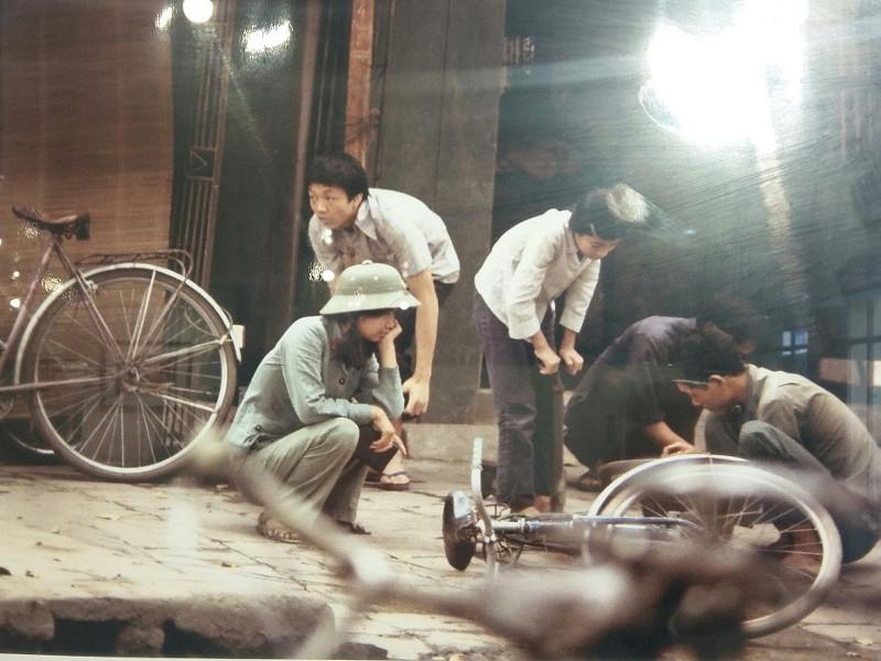 Sửa xe đạp vỉa hè ở Hà Nội năm 1982.