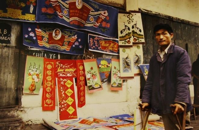 Hàng bán tranh giấy trên hè phố Chả Cá, Hà Nội 1984.