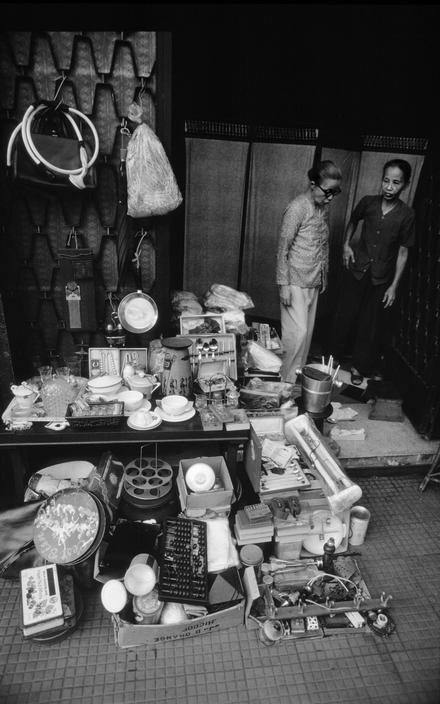 Sạp hàng đồ cũ trên vỉa hè Sài Gòn