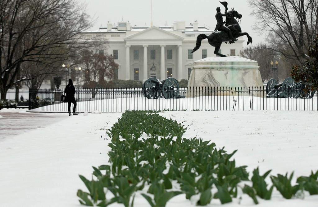 Nhà Trắng của tân Tổng thống Donald Trump chìm trong tuyết trắng xóa.