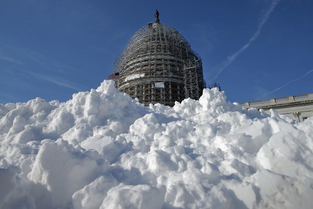 Tuyết phủ kín quảng trường cạnh Đồi Capitol, thủ đô Washington.