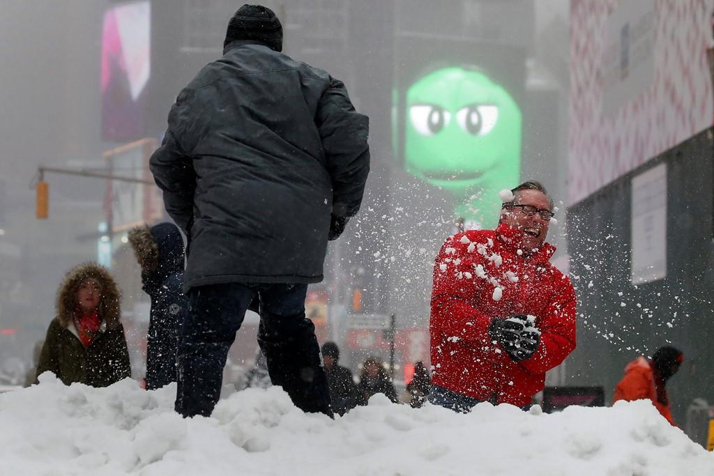 Người dân New York chơi đùa trong tuyết.
