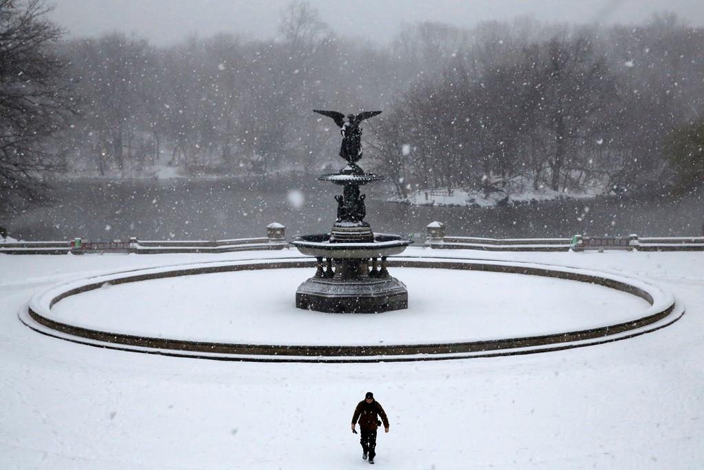 Đài phun nước tại Central Park, New York, đóng băng hoàn toàn trong cơn bão mùa đông.