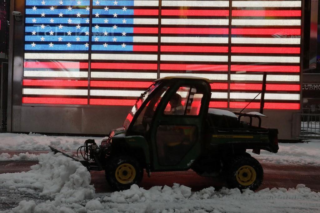 Xe dọn tuyết tại Quảng trường Thời đại, New York.