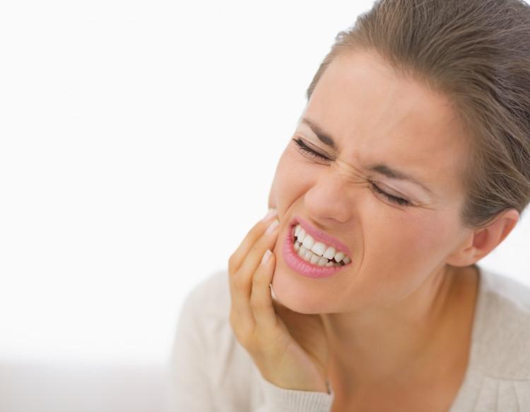 Đánh răng thường xuyên, ngày 3 lần, một cách nhẹ nhàng và chú ý đánh cả bên trong để răng sạch.
