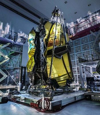 """""""Bóng ma"""" bên trên kính viễn vọng James Webb."""