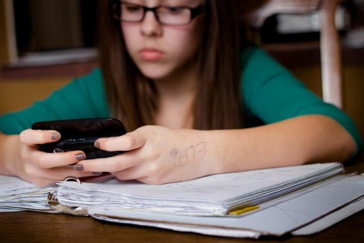 Học hành thi cử mà cứ cầm điện thoại thế này thì không ổn chút nào.