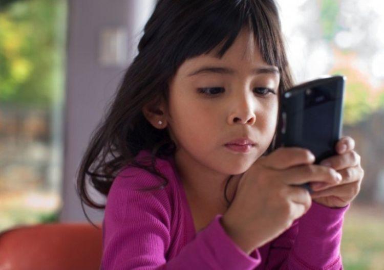 Trước khi đưa cho trẻ chơi, hãy bật chế độ Airplane Mode lên để tránh các phiền phức phát sinh.