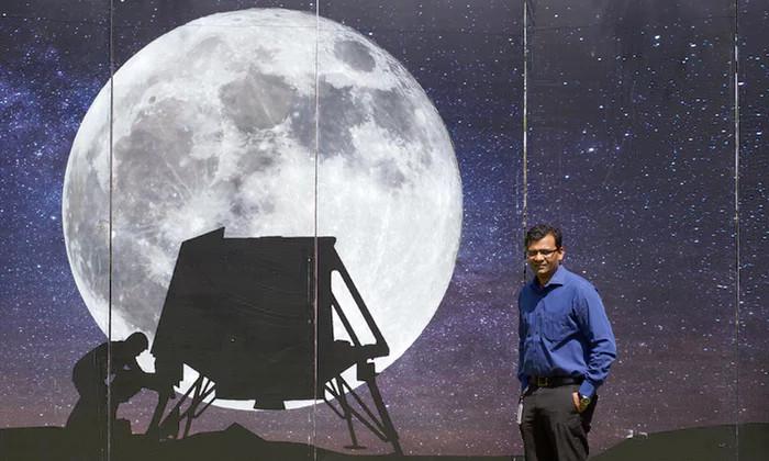 Narayan trong một buổi thuyết trình về dự án đổ bộ lên Mặt Trăng.