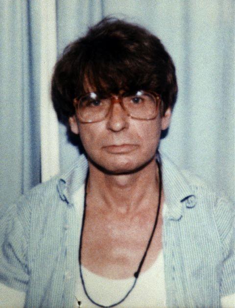 HĐXX đã buộc Dennis Nilsen 6 tội danh giết người và 2 tội danh âm mưu giết người.