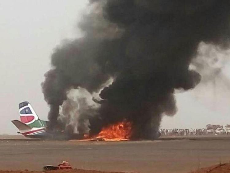 Máy bay bốc cháy ngùn ngụt...