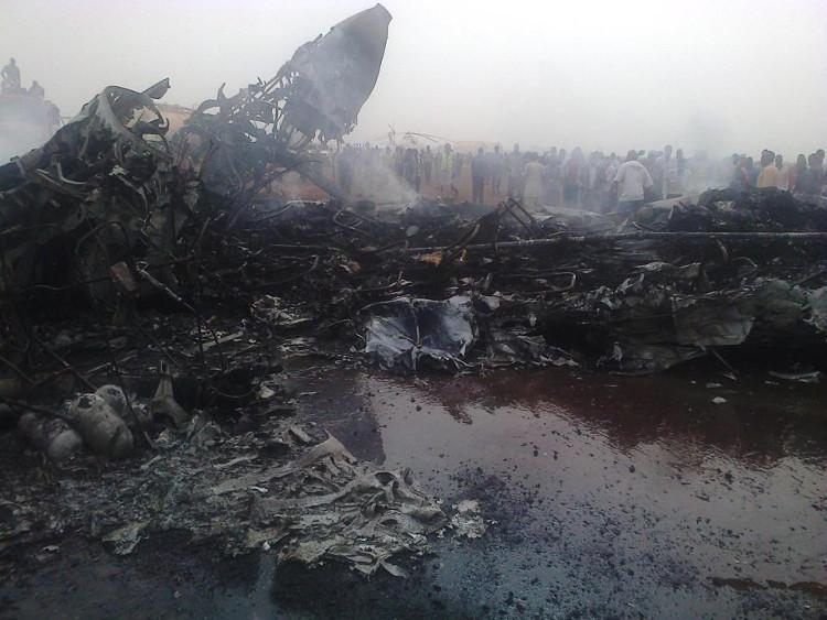 Máy bay bốc cháy trơ khung tại sân bay Wau.