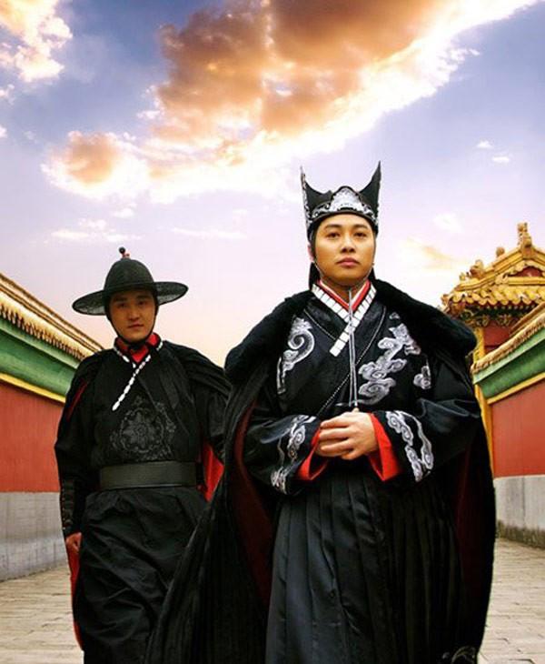 Hoàng thượng chọn giao quyền lực cho thái giám thân cận thay vì văn võ bá quan trong triều