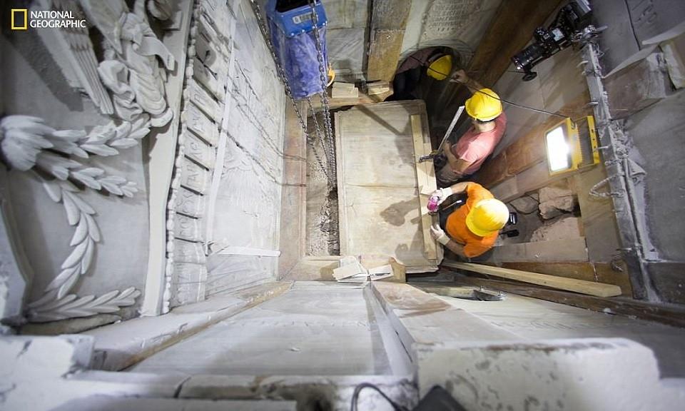 Phòng thờ Edicule xây từ đá cẩm thạch và đá vôi nằm ở trung tâm nhà thờ Mộ Thánh tại Jerusalem.