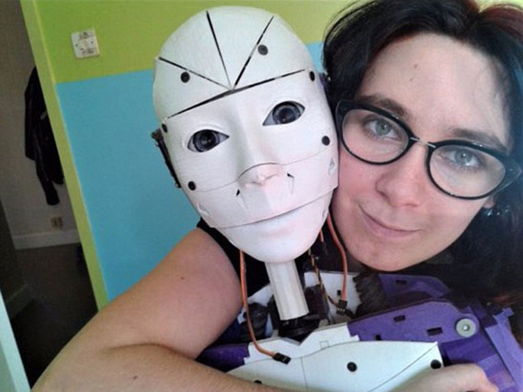 """Cô Lilly người Pháp và robot """"bạn đời"""" của mình."""