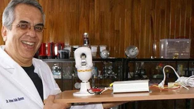 Nhà khoa học Mexico Arturo Solis Herrera và loại pin vĩnh cử mà ông chế tạo.