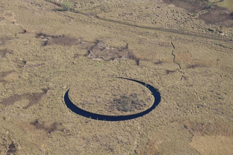 Đảo Con mắt có khả năng tự xoay quanh trục.