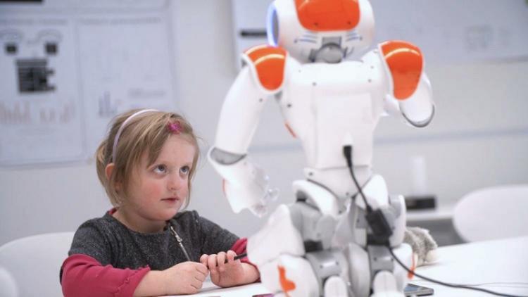 Frey dự đoán rằng robot sẽ đủ thông minh để dạy con người trong 14 năm nữa.