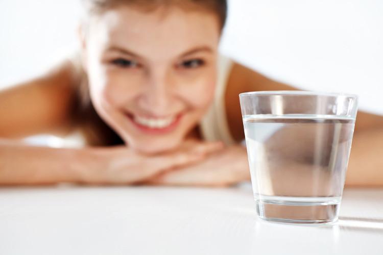 Uống 1 li nước giúp cung cấp năng lượng cho cơ thể ngay lập tức.