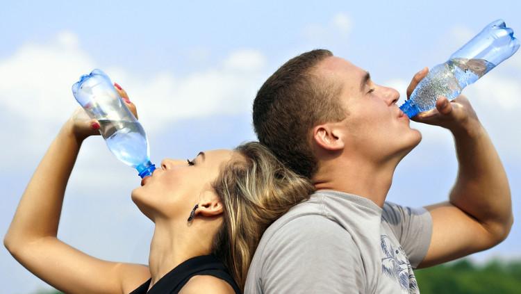 Ai cũng biết nước tốt cho sức khỏe nhưng thường bị nhầm lẫn về khối lượng và thời điểm uống.