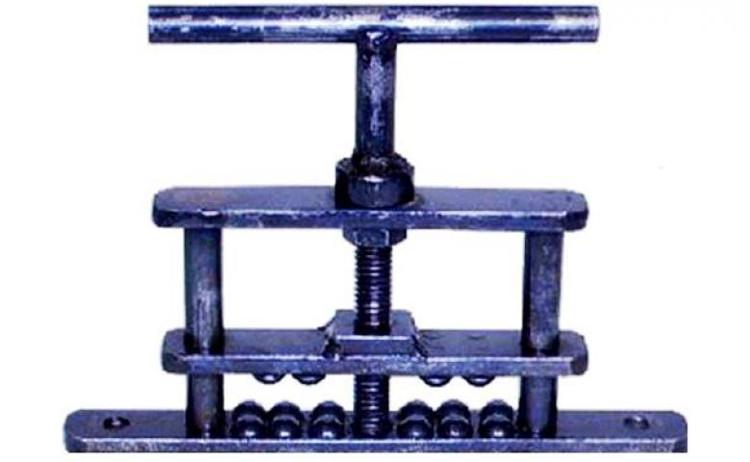 Thiết bị tra tấn này được thiết kế để nghiền nát ngón tay cái hoặc ngón chân của nạn nhân.