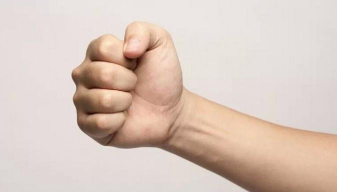 Nắm bàn tay nghiến chặt lại với nhau trong vòng 30 giây sau đó mở ra.