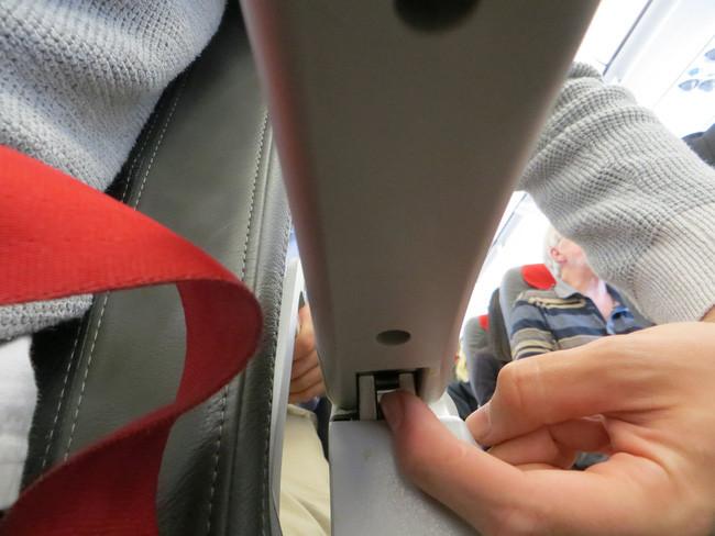 Chỉ cần giữ nút này, chiếc khóa bản lề sẽ được mở ra và bạn hoàn toàn có thể nâng tay ghế lên.