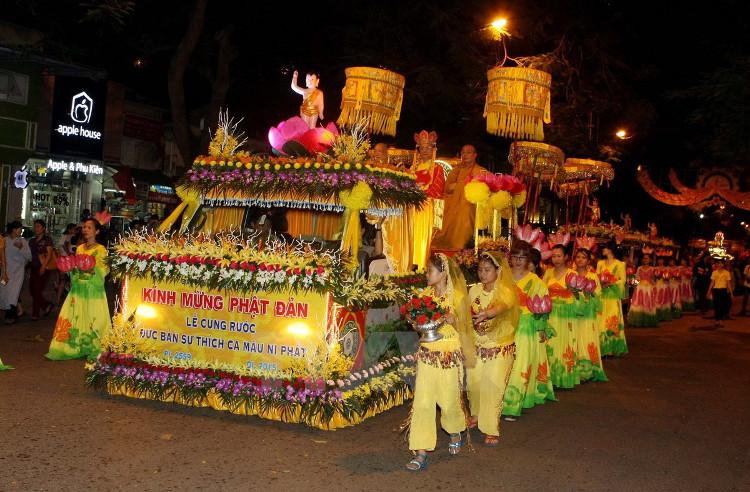 Giáo hội các tỉnh thành còn tổ chức diễu hành, làm lễ, thả hoa đăng trên sông....