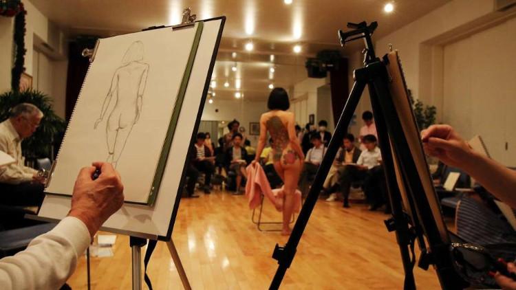Lớp học vẽ người mẫu thật có thể thúc đẩy một trải nghiệm thể hiện dẫn đến một hình ảnh cơ thể khỏe mạnh hơn.
