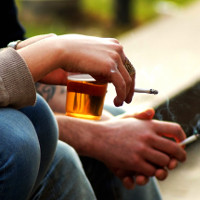 Vì sao những người nghiện rượu thường hay hút thuốc?
