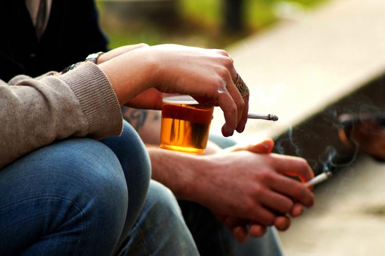 Có từ 80% đến 90% người nghiện rượu có hút thuốc.