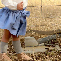 Tử thần rình rập dưới chân bé gái tạo dáng chụp ảnh
