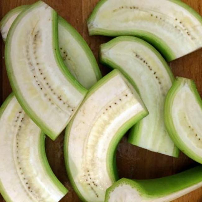 Chuối xanh nấu cùng với các nguyên liệu khác, không ăn sống chuối xanh.