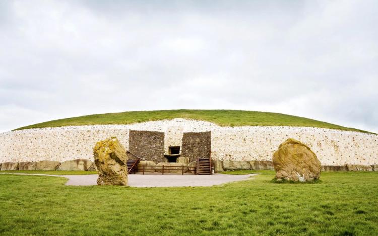 Công trình cổ đại Newgrange ở Ireland.