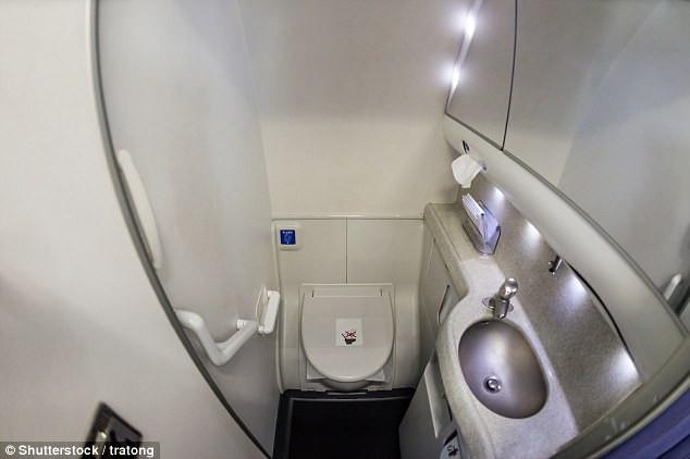 Buồng toilet chật hẹp luôn là một trong những lý do khiến hành khách không thích đi vệ sinh trên máy bay.