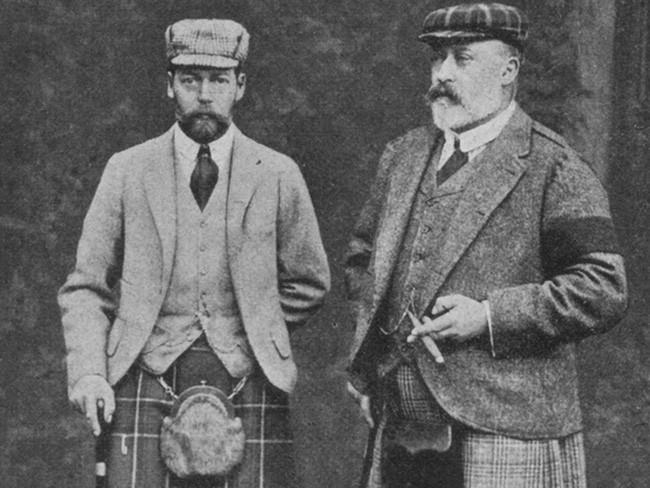 Do quá béo nên vị vua Edward VII (bên phải hình) không thể cài được chiếc cúc cuối cùng
