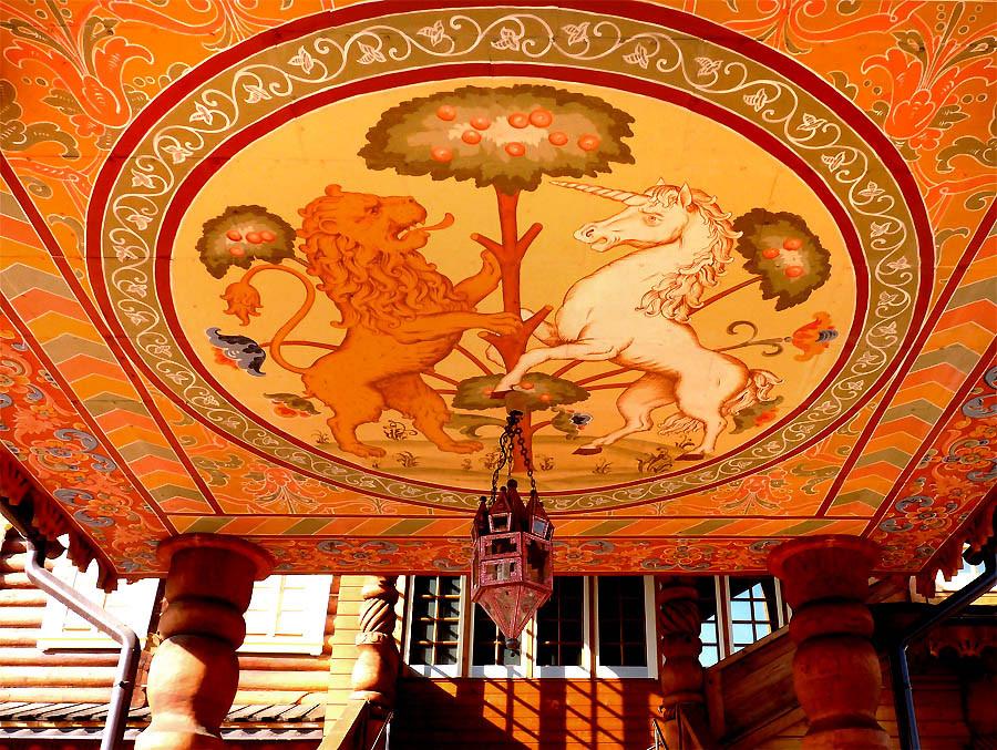 Hình ảnh sư tử và ngựa thần là biểu tượng chào mừng những vị khách quý khi bước vào trong cung điện.