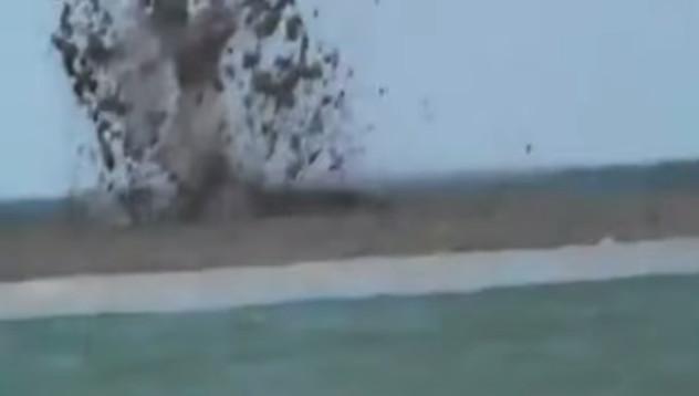 Vụ nổ bí ẩn trên mặt biển khiến các ngư dân kinh ngạc.