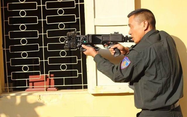 Một chiến sĩ thực hành sử dụng súng bắn góc diệt mục tiêu một cách chính xác, bí mật, bất ngờ.