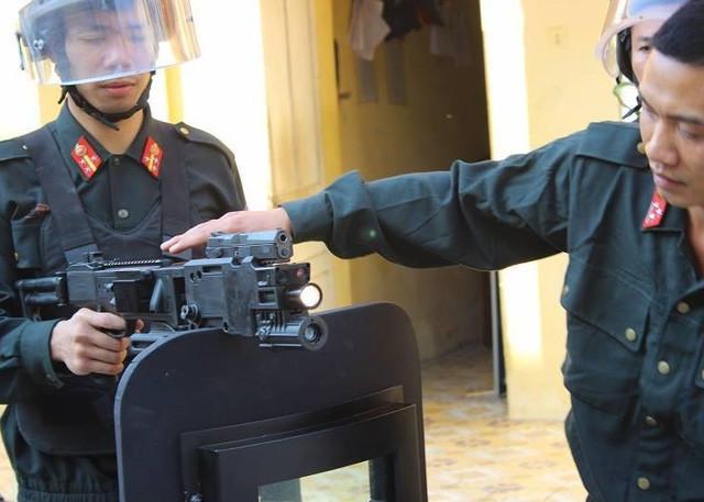 Súng bắn góc đã được trang bị cho lực lượng cảnh sát đặc nhiệm Việt Nam.
