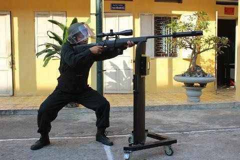 Một chiến sĩ thực hành sử dụng súng bắn tỉa với điểm tì là một khiên chắn đạn.