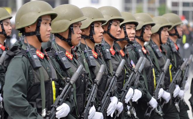 Lực lượng CSCĐ được trang bị súng tiểu liên MP5A3 có ống giảm thanh.