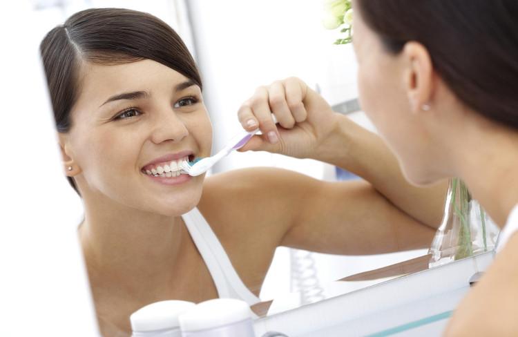Điều trị hôi miệng bằng cách vệ sinh răng miệng sạch sẽ.