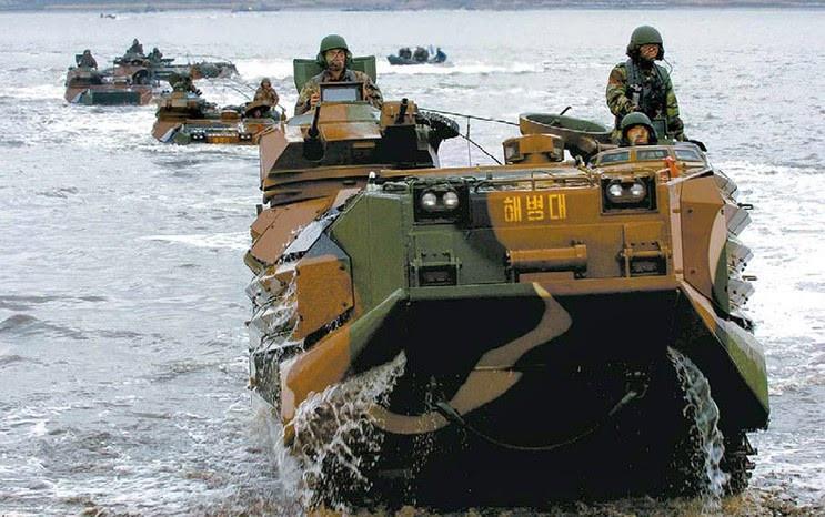 Các xe KAAV có khối lượng từ 21-24 tấn (không tải), tốc độ tối đa trên mặt đất - 72 km/h, dưới nước - 13 km/h.