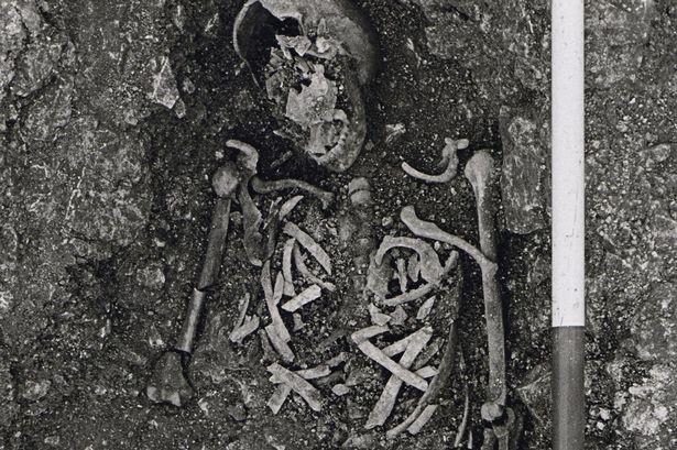 Những bộ xương được đập ra để ngăn không cho Zombie tái sinh.