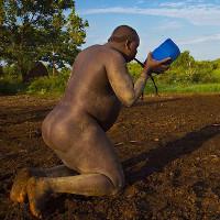 Bộ lạc bụng càng to càng quyến rũ ở Ethiopia