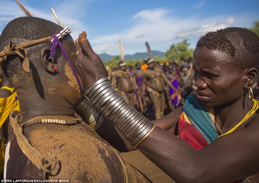 Tuy nhiên, cuộc sống truyền thống của bộ lạc đang bị đe doạ khi chính phủ Ethiopia có kế hoạch tái định cư