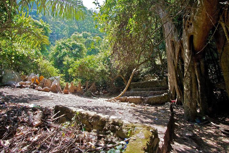 Tập tục phơi xác người chết ở Bali cũng có nét tương đồng với tục đào xác người chết
