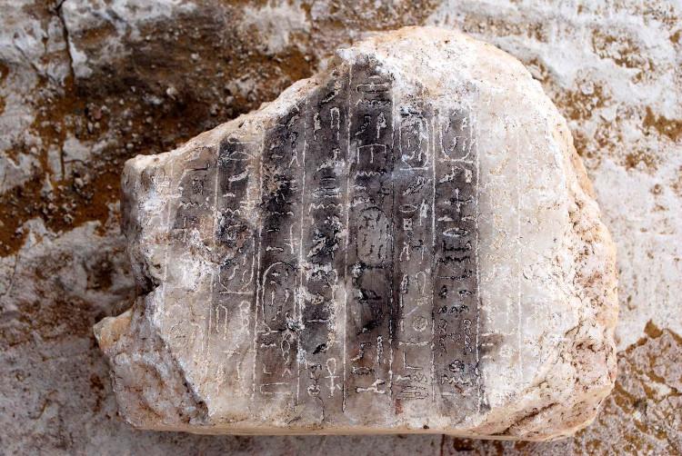 Chữ tượng hình ở một tảng đát lát của kim tự tháp 3.700 năm tuổi.