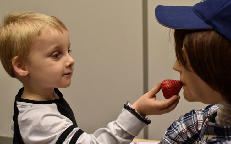 Kaspar đang chơi cùng cậu bé Finn mắc chứng tự kỷ.